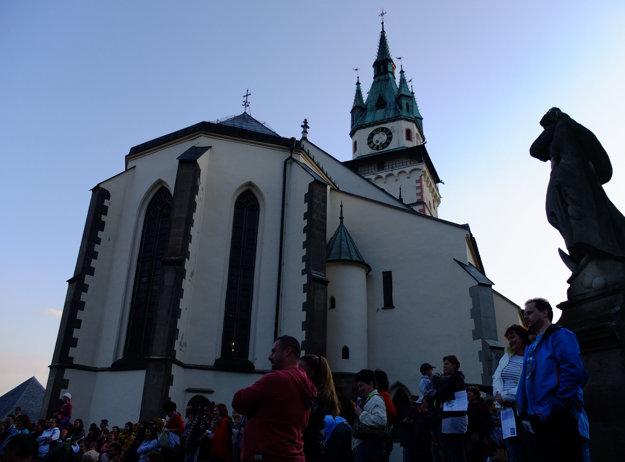 Hradný Kostol svätej Kataríny krátko pred zotmením.