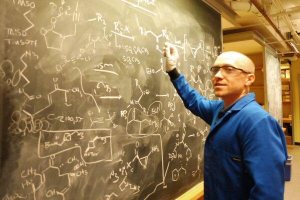 Dr. Pavol Jakubec pri diskusii o reakčných mechanizmoch v organickej chémii.