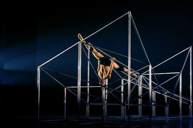 Zmätený z cudzích ľudí okolo seba začal tajne pred zrkadlom experimentovať s pohybom.