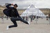 Umelec nechal zmiznúť pyramídu pred Louvrom
