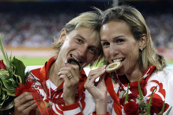 Medzi hriešnikmi je aj bronzová medailistka na 3000 m prekážok Jekaterina Volkovová (vpravo). Na snímke pózuje s víťazkou behu, krajankou Gulnarou Galkinovou-Samitovovou.