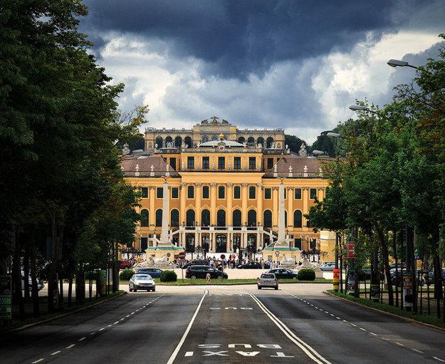 Zámok Schönbrunn vo Viedni.