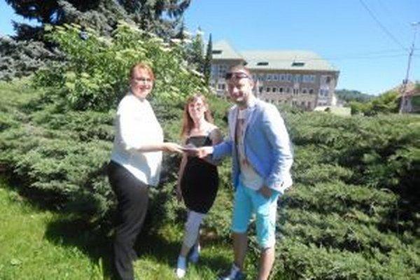 Odovzdanie daru. Vďaka Andrejovi Barančokovi a ďalším sponzorom rodina Dolinských vycestuje do Chorvátska.