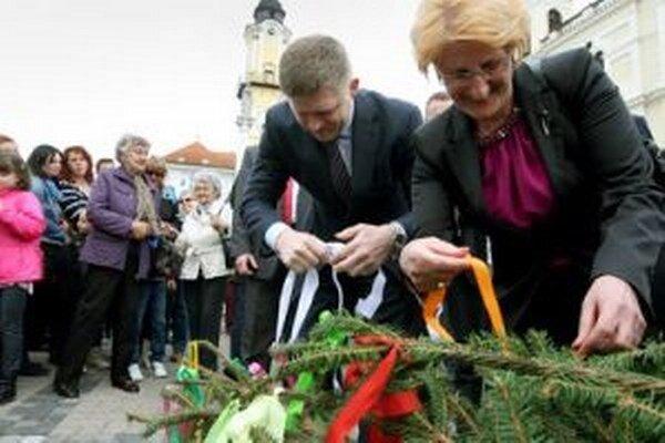 Máj vyzdobili stužkami premiér Robert Fico a podpredsedníčka NR SR Jana Laššáková