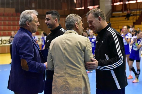Rozhodcovia Peter Dvorský a Igor Karlubík si prevzali ocenenia.