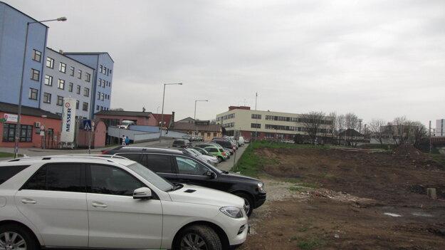 Mestský pozemok vedľa nového pavilónu.