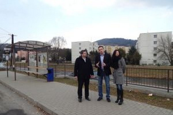 Vedenie mesta so zástupcom dopravcu pri rokovaní.