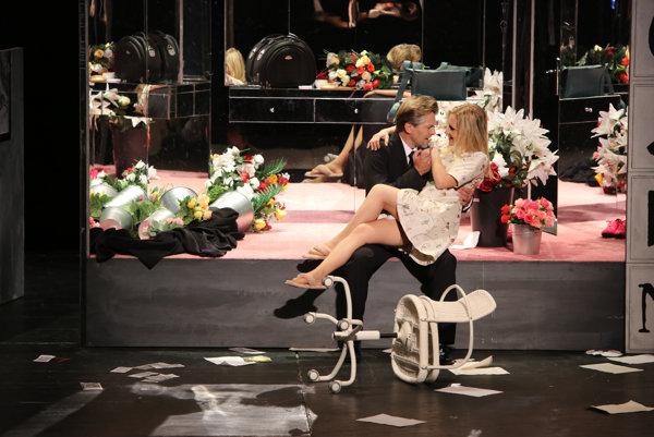 Linda Ballová a Pavol Remenár v opere Vec Makropulos.