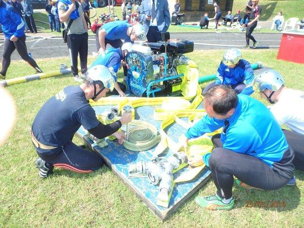 Momentka z hasičskej súťaže.