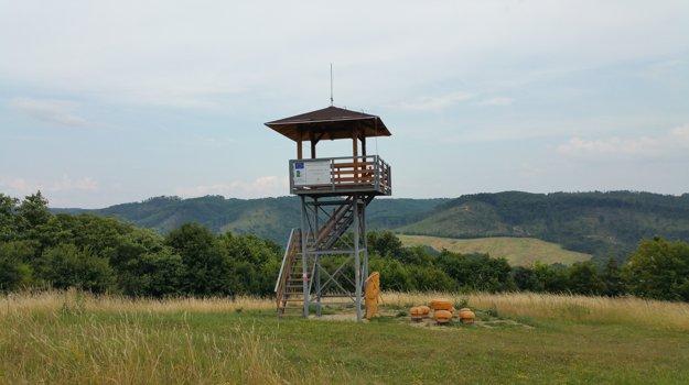 Turistická rozhľadňa na kopci Vŕšok nad Rimavskou Baňou je vo výške 467 metrov nad morom. Vidno z nej na severe až po vrch Tŕstie nad Tisovcom a smerom na juh až do Maďarska.