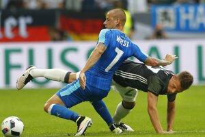 Vladimír Weiss (vľavo) bojuje o loptu s Joshuom Kimmichom v prípravnom zápase Slovenska s Nemeckom.