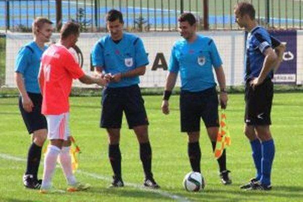 Kapitáni a rozhodcovia pred štartom zápasu.