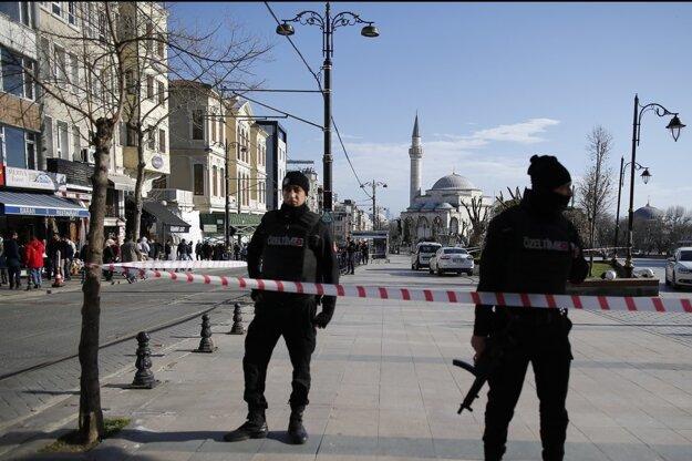 Teroristi útočili aj v turistickej oblasti Istanbulu.