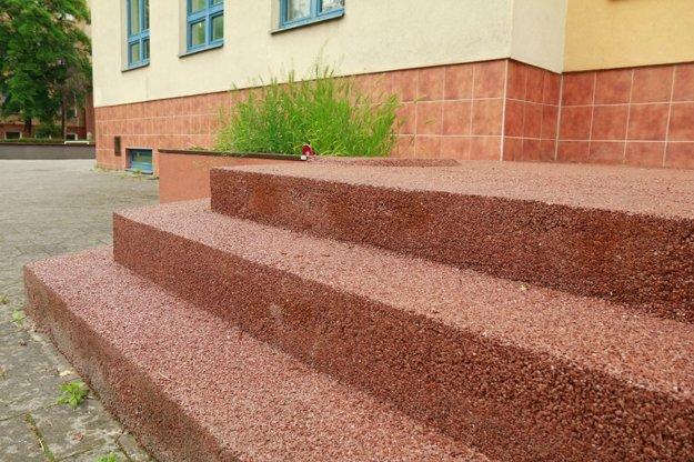 Keramickú dlažbu nahradí kamenný koberec.