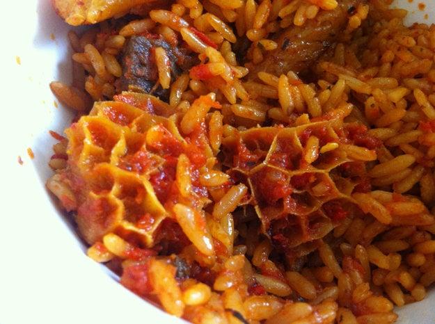 Jollof ryža má vďaka tradičným prísadám vždy červenkastú farbu.
