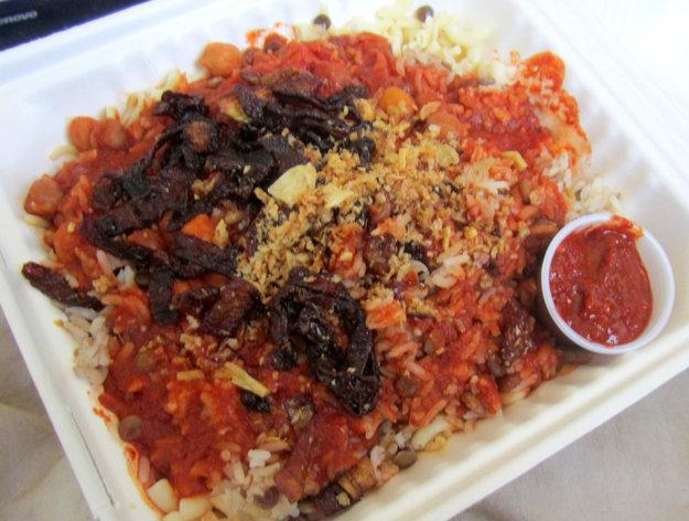 Koshari je v Egypte hlavne rodinným jedlom, ale ponúka sa aj vo fast foodoch na uliciach.