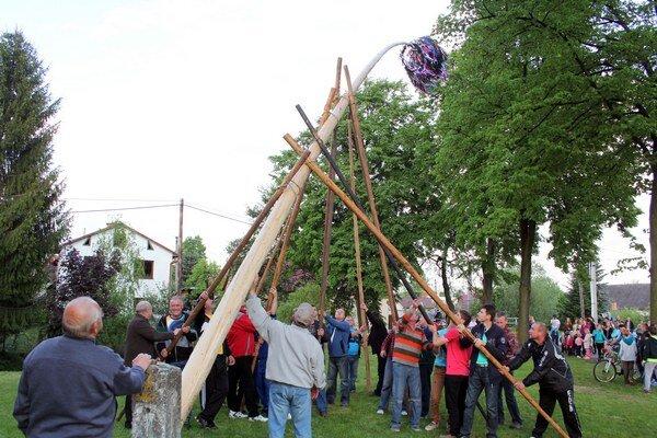 K tragédii pri stavaní mája došlo v sobotu popoludní vo Vígľašskej Hute v okrese Detva.