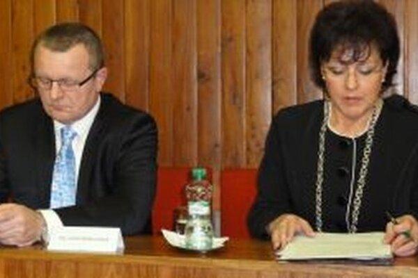 Lenka Balkovičová a prednosta mestského úradu Stanislav Jalakša.