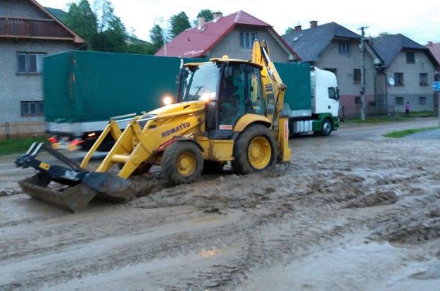 Množstvo blata museli odstraňovať ťažké mechanizmy.