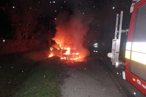 Auto je po požiari úplne zničené.