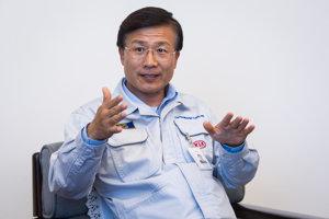 Eek-Hee Lee je absolventom Univerzity v Ulsane v Južnej Kórei, kde v roku 1979 úspešne zavŕšil svoje štúdium v odbore strojného inžinierstva. Svoju kariéru pre skupinu Hyundai Group začal od roku 1981 v oblasti vývoja a výroby lodí. Neskôr pokračoval v pozícii vedúceho riadenia výroby automobilov v závode v Ulsane. Pred svojim príchodom na Slovensko pracoval v centrále Kia Motors na pozícii vedúceho divízie plánovania. Od roku 2011 je prezidentom Kia Motors Slovakia.