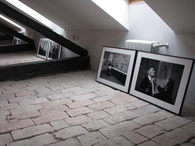 Množstvo fotografií postavili priamo na zem.