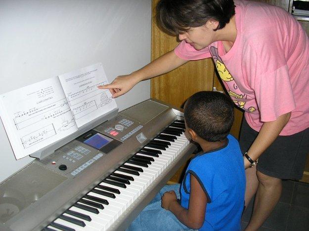 V Brazílii učí hru na klavíri a husliach, alfabetizuje, doučuje anglický jazyk a nacvičuje vystúpenie zboru pri príležitosti storočnice farnosti.