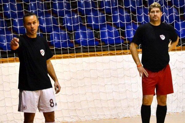Skúsené duo - hrajúci tréner Attila Fehervári (vľavo) a Peter Koreň.