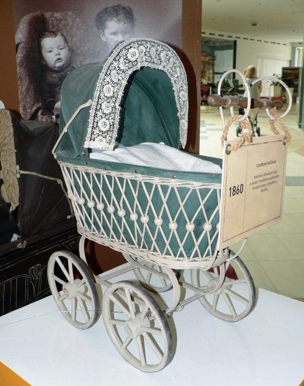 Z roku 1860 je najstarší kočík pre bábiky s drevenými kolesami.