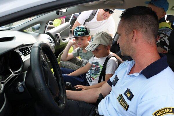 Deti sa mohli posadiť do policajného auta mestskej polície.