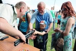 Vojaci dovolili deťom chytiť si do rúk ich zbrane.