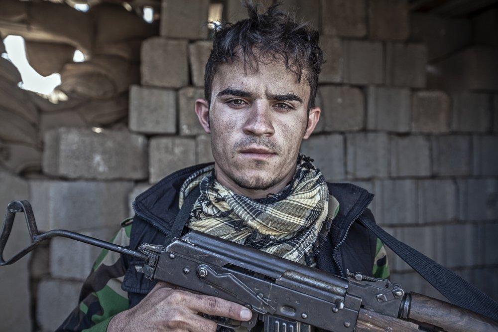 """DYAR UMAR HUSAJN (20 rokov) – slobodný, z Kirkúku, tri mesiace je pešmergom. """"Nedokázal by som sa zabávať ako iní mladí ľudia. Potrebujú ma so zbraňou na fronte, tak tu budem bojovať, kým bude treba."""""""