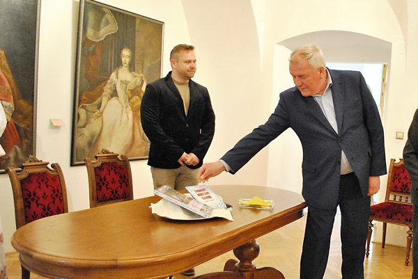 Knihu symbolicky pokrstil dubnický primátor Jozef Gašparík.