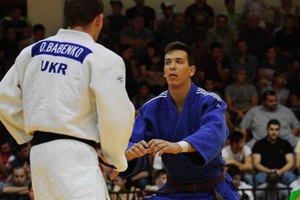 Lukáš Kurák (v modrom) v súboji s Ukrajincom Babenkom.