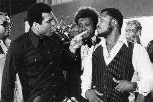 Ali a Frazier (vpravo) neboli najlepšími kamarátmi. Za nimi stojí známy promotér Don King.