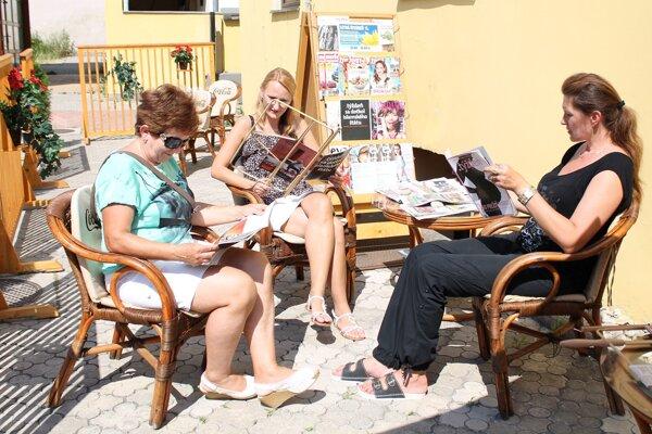 V letnej čitarni sa návštevníci rozhodne nebudú nudiť.