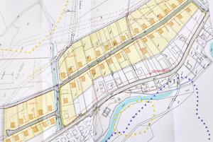 Obec chce postaviť ku pozemkom cestu širokú minimálne osem metrov.