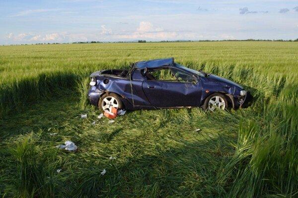 Auto sa po náraze niekoľkokrát prevrátilo.