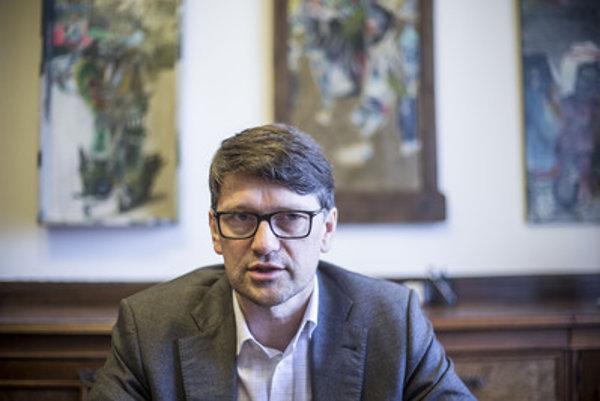 Minister kultúry Marek Maďarič nevylučuje, že pre spor o koncesionárskych poplatkoch s SNS, podá demisiu.