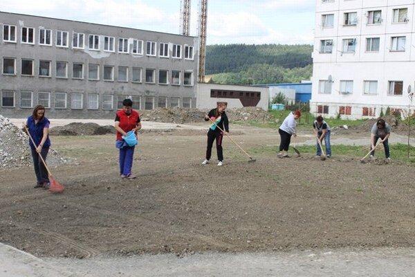 Do úpravy terénu sa zapojili žiaci i zamestnanci školy.