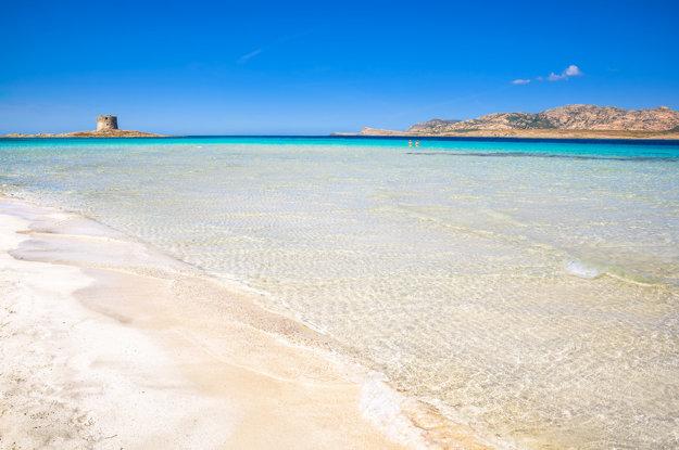 Pláž La Pelosa na severozápadnom pobreží Sardínie.