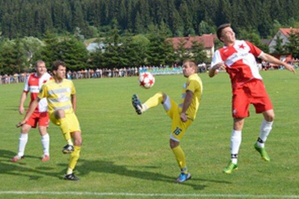Makov (v žltom) postúpil do 3. kola Slovnaft Cup-u.