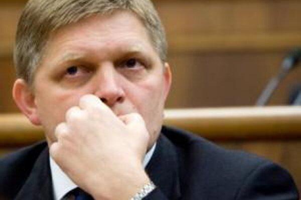 Premiér Fico vydiera banky, že ak nebudú poskytovať viac úverov, začne ich viac zdaňovať alebo im siahne na poplatky.