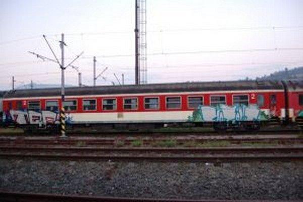 Obvinený Peter s ďalšími doposiaľ nestotožnenými osobami postriekali odstavený vozeň v obvode Železničnej stanice v Čadci.