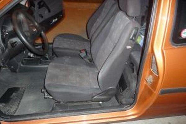 Žilinskí colníci našli pri kontrole na Kysuciach v osobnom motorovom vozidle neznámu sušenú rastlinu.