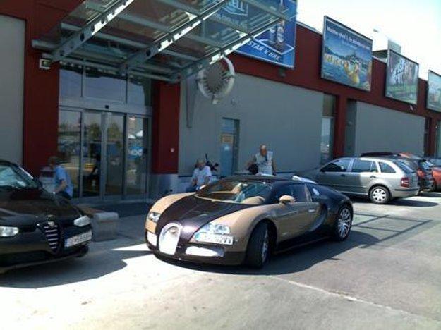 V máji 2011 auto parkovalo pred vchodom do nákupného centra.