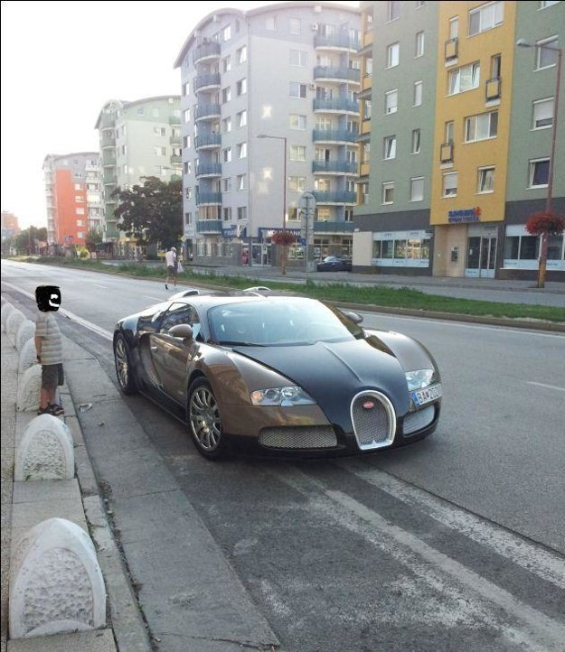 Bugatti parkuje v odbočovacom pruhu.