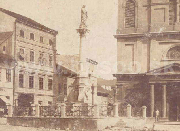 Stĺp v roku 1896, ešte s ohradou.