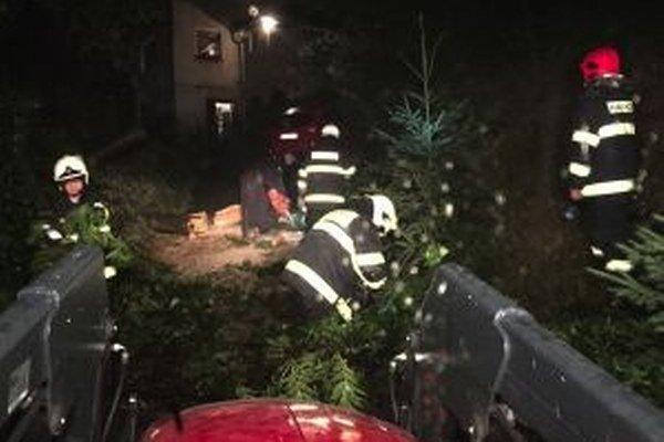 Práce sa podarilo hasičom ukončiť krátko pred polnocou.
