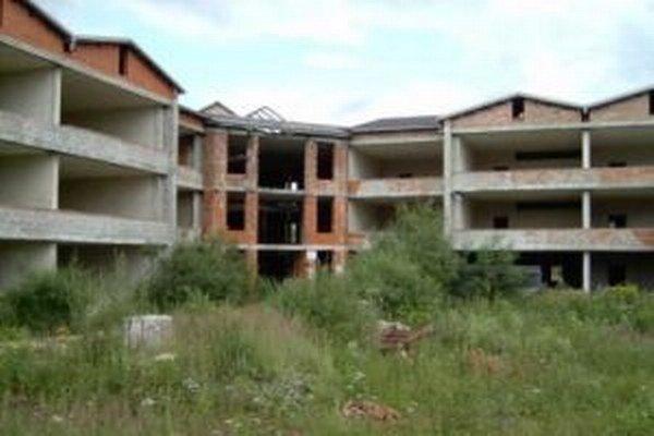 Chátrajúcu školu v Závodí chceli prestavať na byty. Či sa to podarí, nevedno.